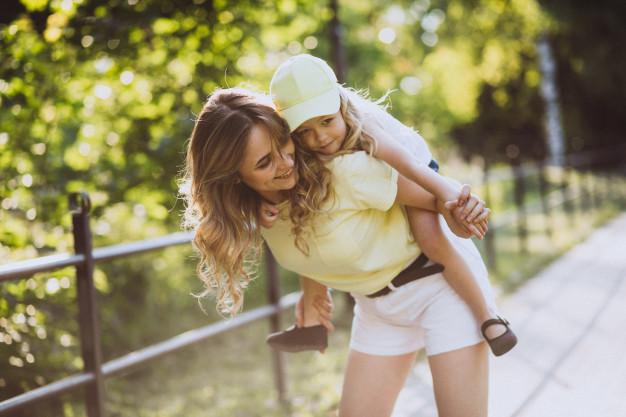 mujer-joven-pequena-hija-caminando-parque_1303-16152 (1)